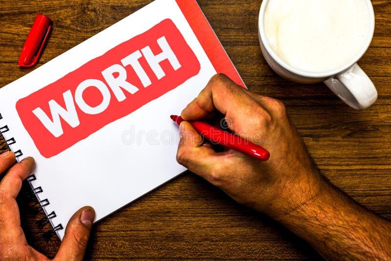 显示价值的文本标志 个人和财政意义重要性杯标志红色笔笔记薄的概念性照片测量 免版税库存图片