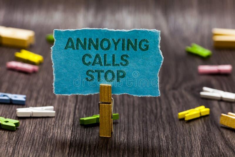 显示使困恼的电话中止的文本标志 概念性照片防止列入黑名单数字恼怒的访问者夹子标志想法sc的垃圾短信电话 免版税库存照片