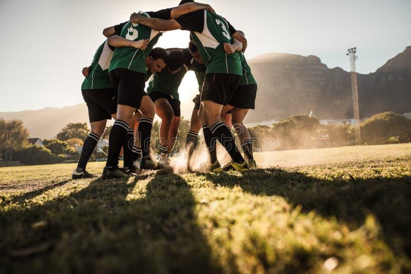 显示侵略的橄榄球队在胜利以后 免版税库存图片