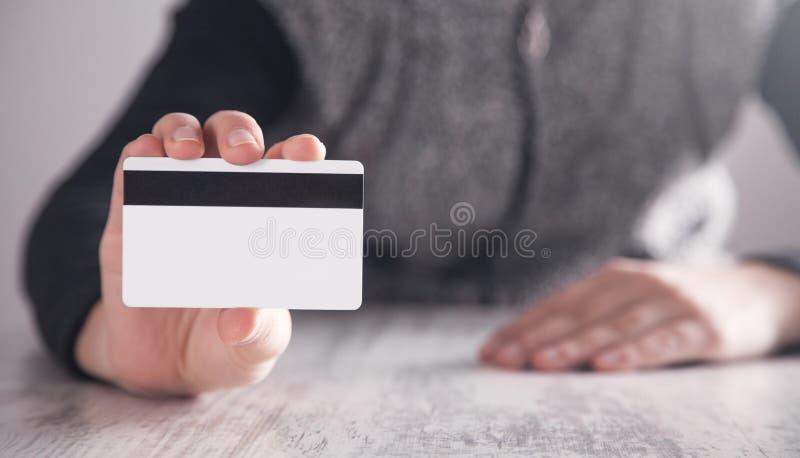 显示信用卡的女孩在办公室 ?? 免版税库存图片