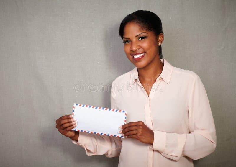 显示信件的年轻非洲女实业家 免版税库存照片