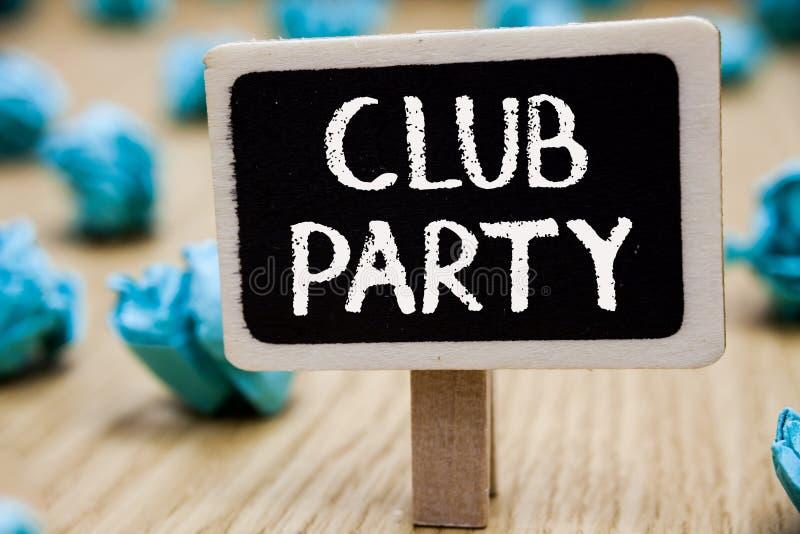 显示俱乐部党的文本标志 概念性照片社会汇聚在是不拘形式的,并且可能安排饮料黑板弄皱的地方 库存照片