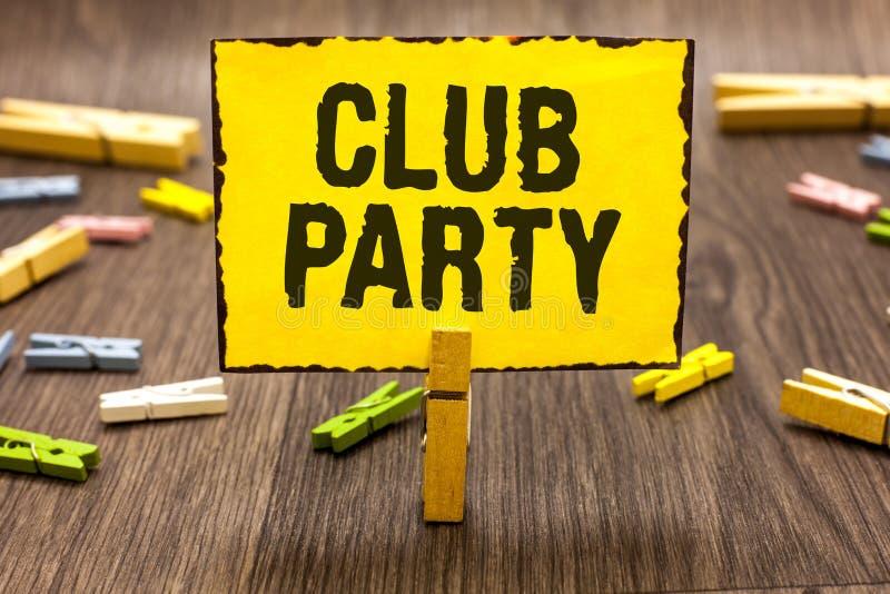 显示俱乐部党的文本标志 概念性照片社会汇聚在是不拘形式的,并且可能有饮料晒衣夹藏品的地方 免版税库存图片