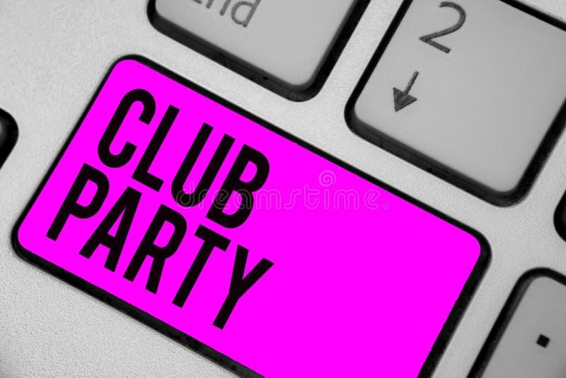 显示俱乐部党的文本标志 概念性照片社会汇聚在是不拘形式的,并且可能有饮料键盘紫色ke的地方 免版税库存照片
