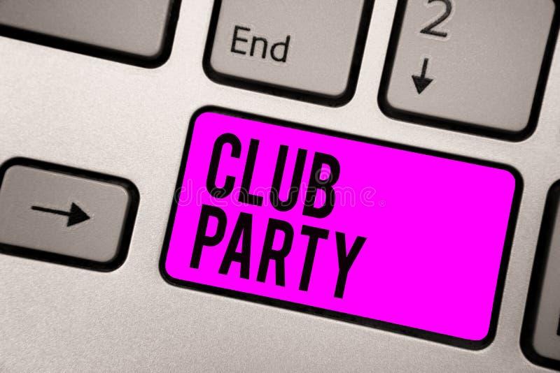 显示俱乐部党的文本标志 概念性照片社会汇聚在是不拘形式的,并且可能有饮料键盘紫色ke的地方 库存图片