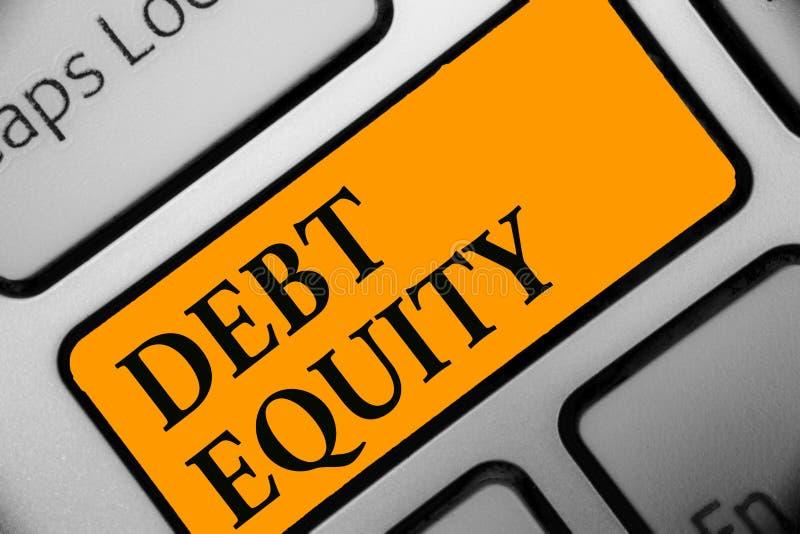 显示债务产权的文字笔记 陈列企业的照片划分公司负债总额由它的股东键盘orang 库存照片