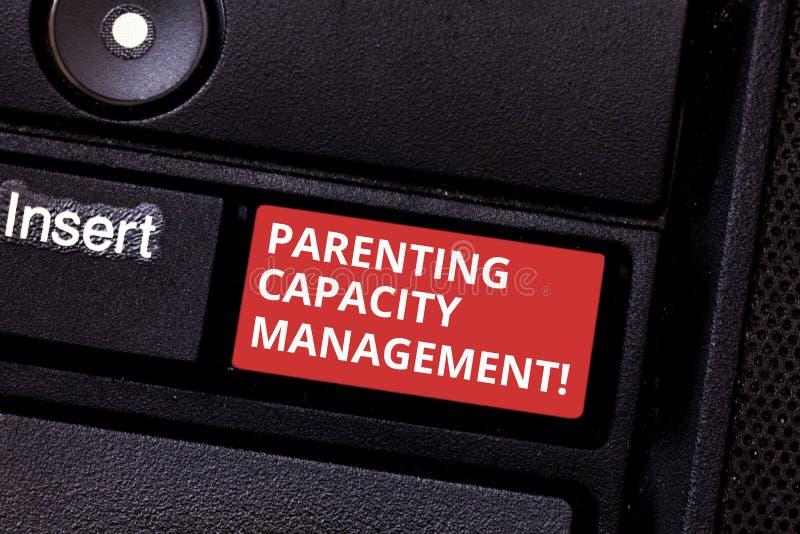 显示做父母的容量管理的文本标志 概念性照片父母能力保护孩子免受风险键盘 免版税库存图片