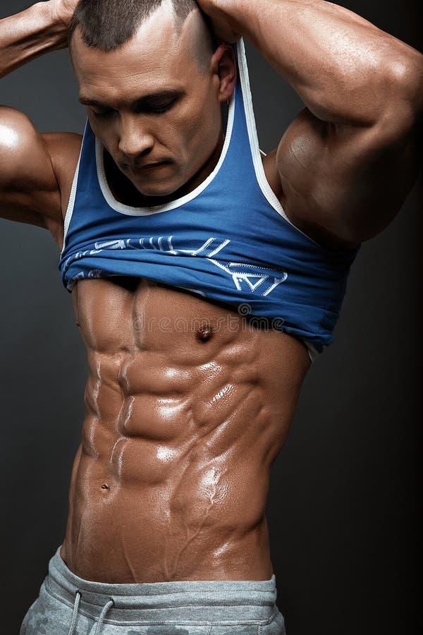 显示六块肌肉吸收的强的运动人健身模型躯干 库存图片