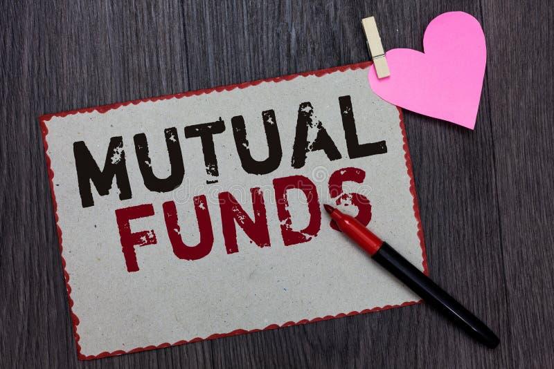 显示共同基金的文本标志 概念性照片股东个体资助的投资计划库存白页红色bor 免版税库存图片