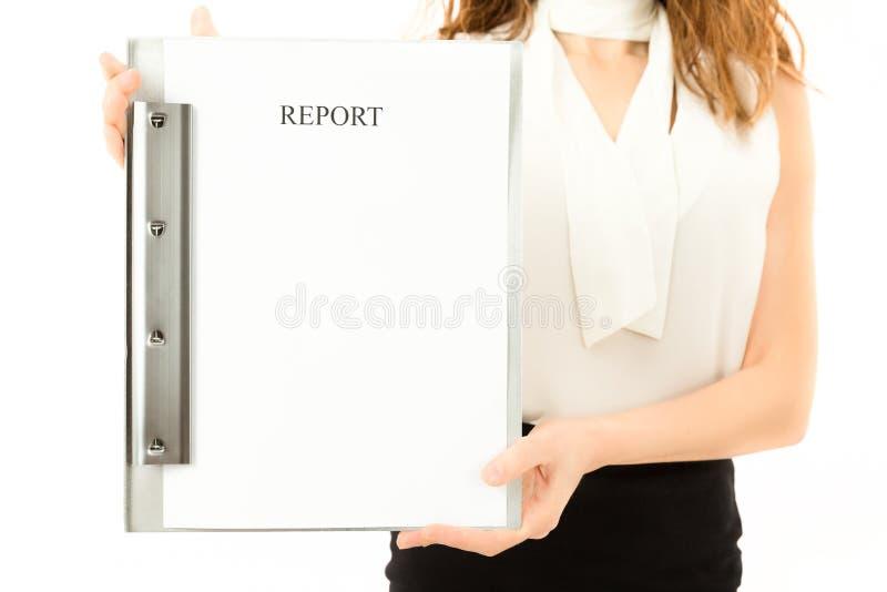 显示关于剪贴板的女商人报告 免版税图库摄影