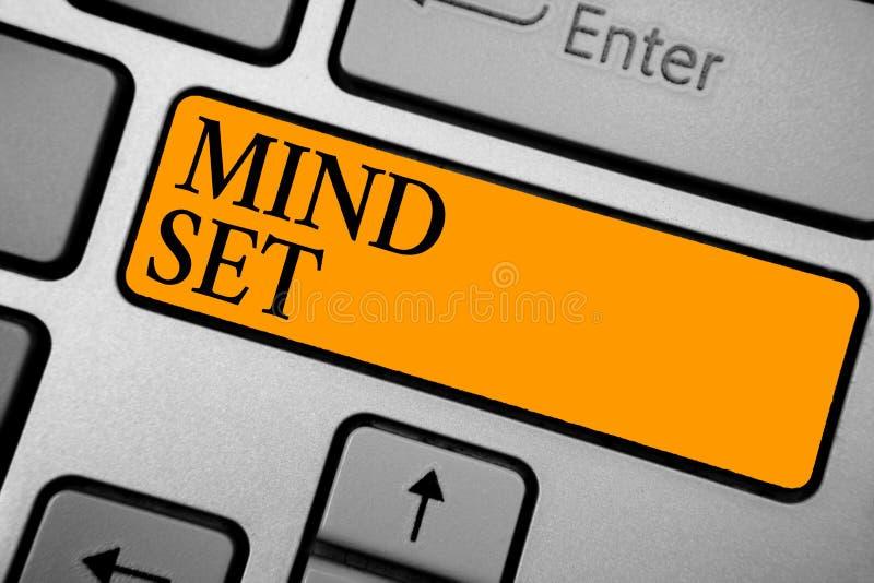 显示关注形势的文本标志 什么的人的概念性照片A标准想法他或她将是完成的键盘橙色钥匙Int 免版税库存图片