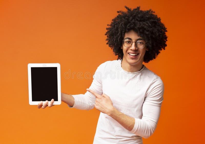 显示凉快的现代数字片剂的快乐的非裔美国人的人 图库摄影