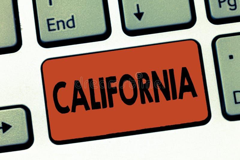 显示加利福尼亚的文本标志 在西海岸美国的概念性照片状态使好莱坞靠岸 免版税库存图片