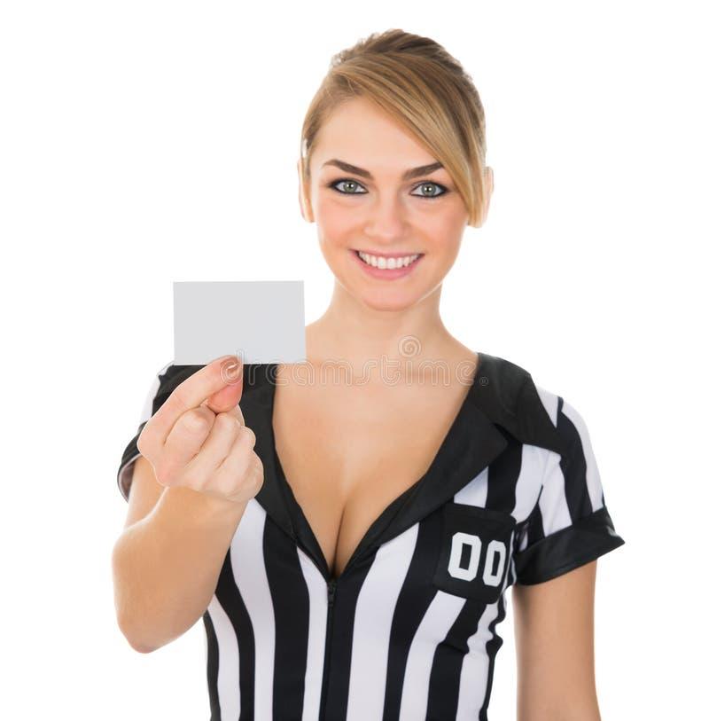 显示卡片的女性裁判员 免版税库存照片