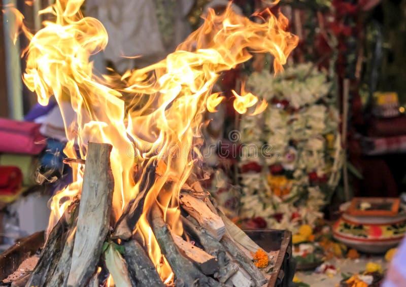 显示印地安文化的火yajna崇拜印地安礼节文化印地安神女神神象 免版税库存照片