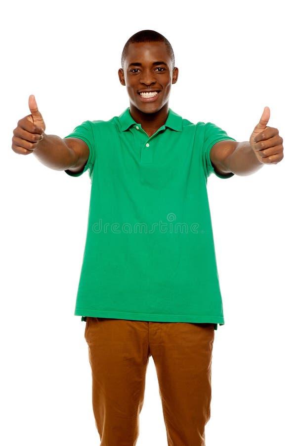 显示双赞许的英俊的非洲人 免版税库存图片