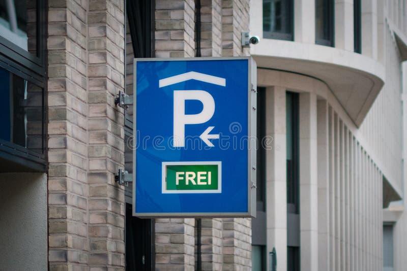 显示可利用的停车位德语的停车处标志:frei -停车场 库存照片