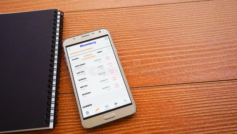 显示各种各样的股市索引的智能手机 免版税库存照片