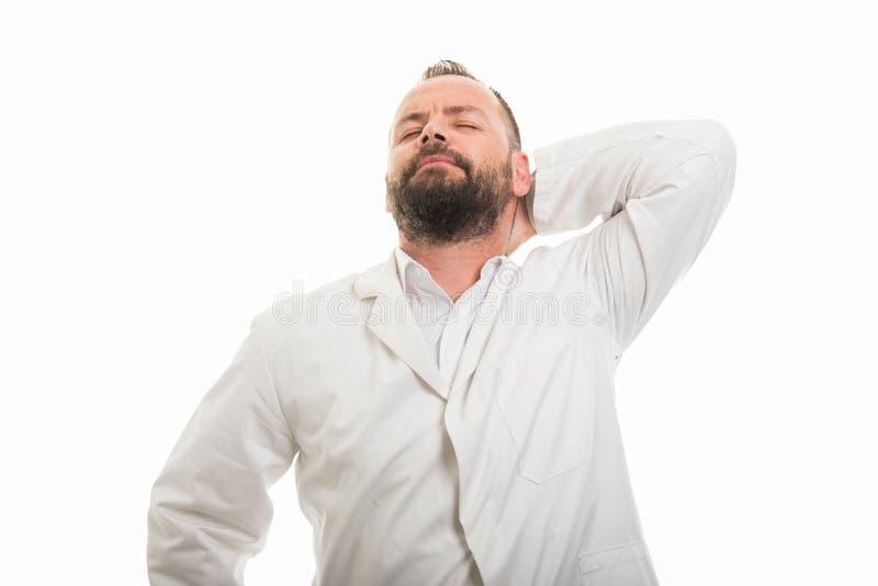 显示后面脖子痛姿态的男性医生画象 免版税图库摄影