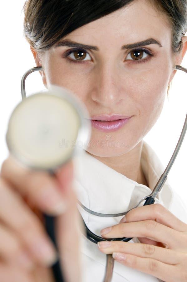 显示听诊器的美丽的医生夫人 免版税库存图片