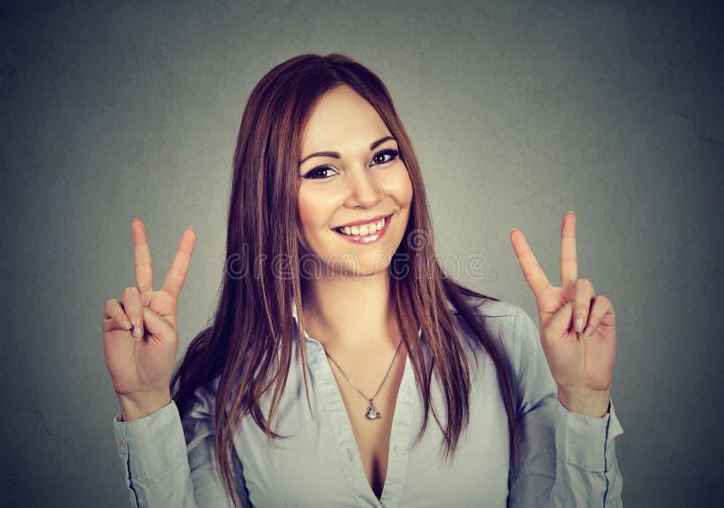 显示和平手标志用两只手的妇女或十几岁的女孩 库存照片