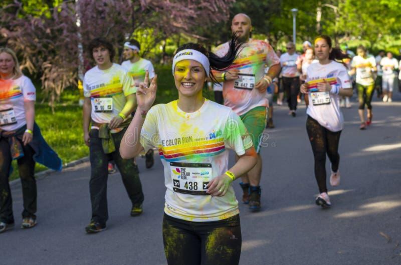 显示和平标志的女孩赛跑者 图库摄影