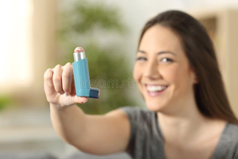 显示哮喘吸入器的女孩 库存图片