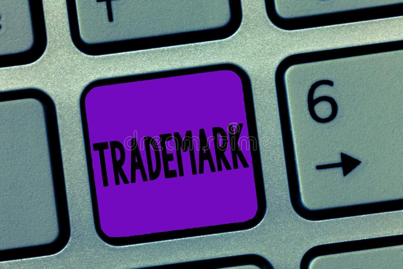 显示商标的文字笔记 陈列法律上登记的版权知识产权保护的企业照片 库存图片