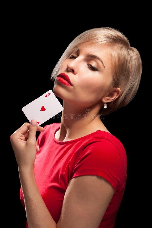 显示啤牌卡片的美丽的白肤金发的女孩 库存照片