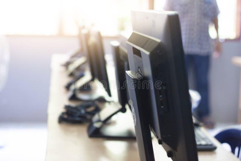 显示器和计算机在教室 免版税图库摄影