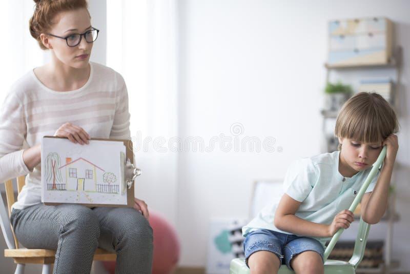 显示图片的心理治疗家对男孩 免版税库存图片