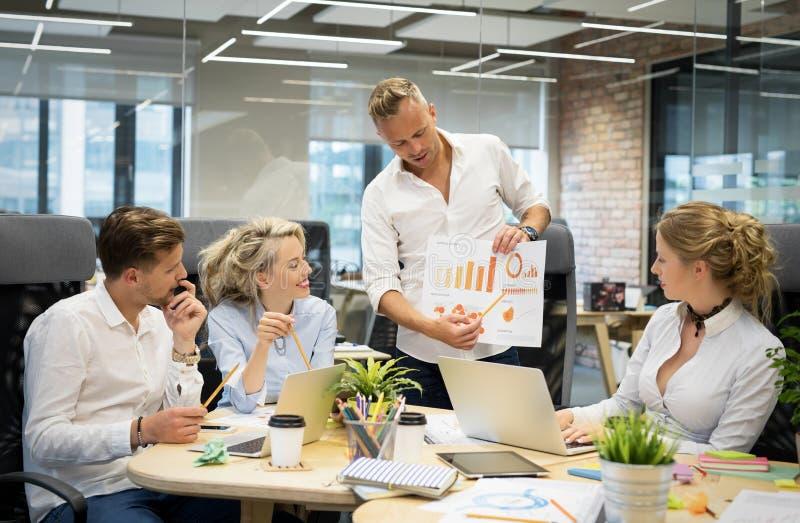 显示图的客户主管在会议 库存照片