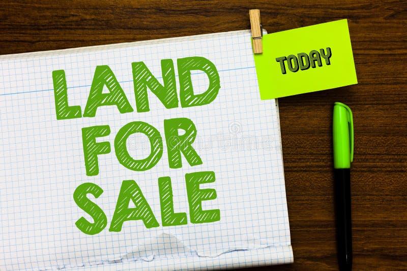 显示土地待售的文字笔记 卖开发商地产商投资开放笔记本的企业照片陈列的不动产全部 库存照片