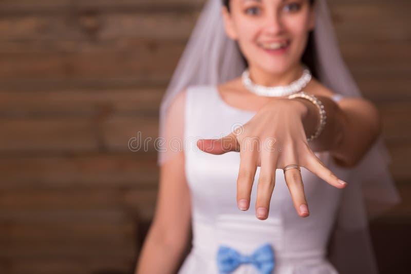 显示在她的手上的新娘金婚圆环 库存照片