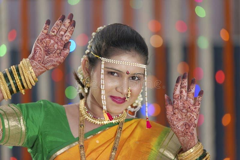 显示在她的手手上的新娘无刺指甲花在印地安印度婚礼 库存照片
