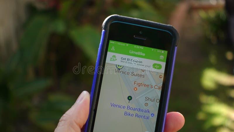 显示在威尼斯海滩的Limebike app电滑行车 免版税库存图片