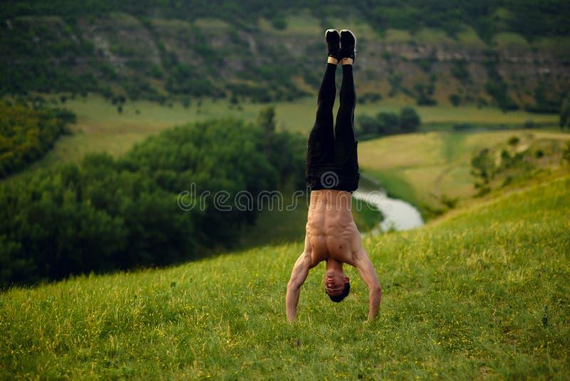 显示在森林风景背景的肌肉赤裸上身的适合的年轻人立场上部六块肌肉吸收 艺术性的详细埃菲尔框架法国水平的金属巴黎仿造显示剪影塔视图的射击 库存图片