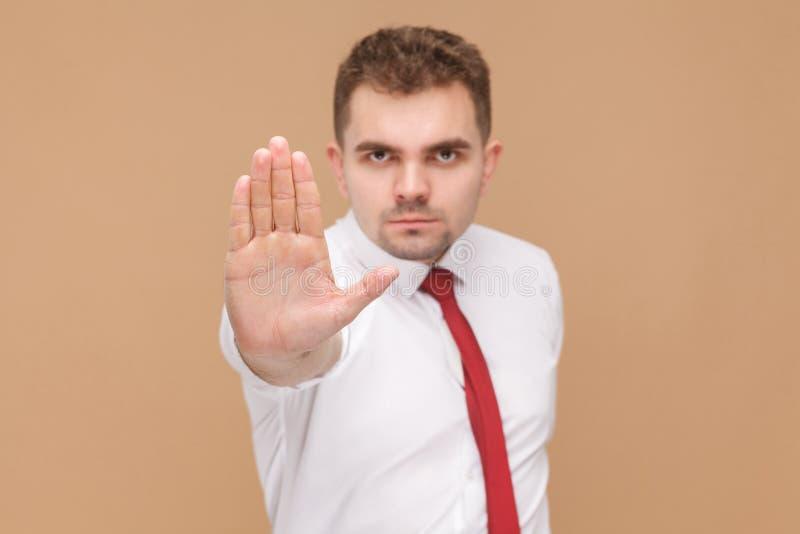 显示在照相机中止手,没有标志的恼怒的人 库存图片