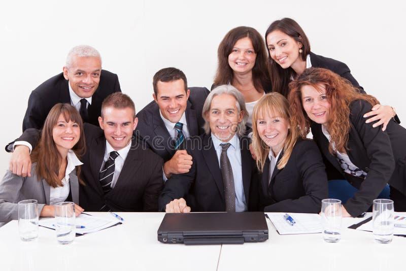显示在膝上型计算机的生意人在会议 免版税图库摄影