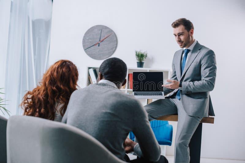 显示在膝上型计算机的财政顾问介绍 免版税库存照片