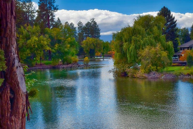 显示在镜子池塘的秋天颜色靠近弯,俄勒冈 免版税图库摄影
