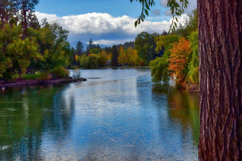 显示在镜子池塘的秋天颜色靠近弯,俄勒冈 免版税库存图片