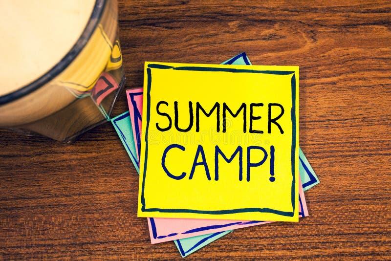 显示夏令营诱导电话的文本标志 概念性照片安置孩子做假期活动的地方 库存图片