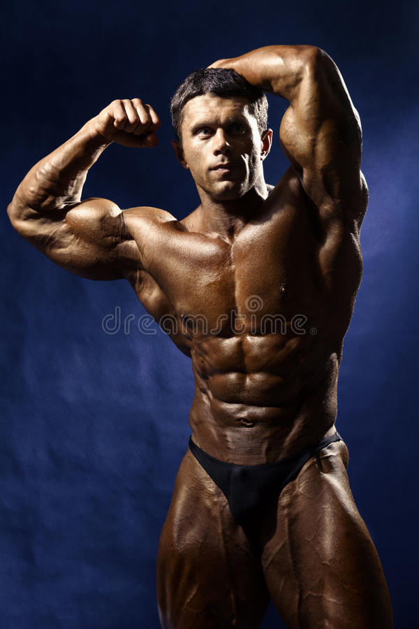 显示大肌肉的强的运动人健身模型躯干 库存照片