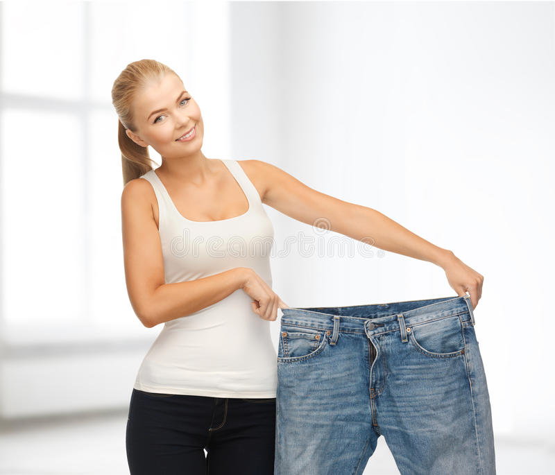 显示大裤子的运动的妇女 免版税库存图片