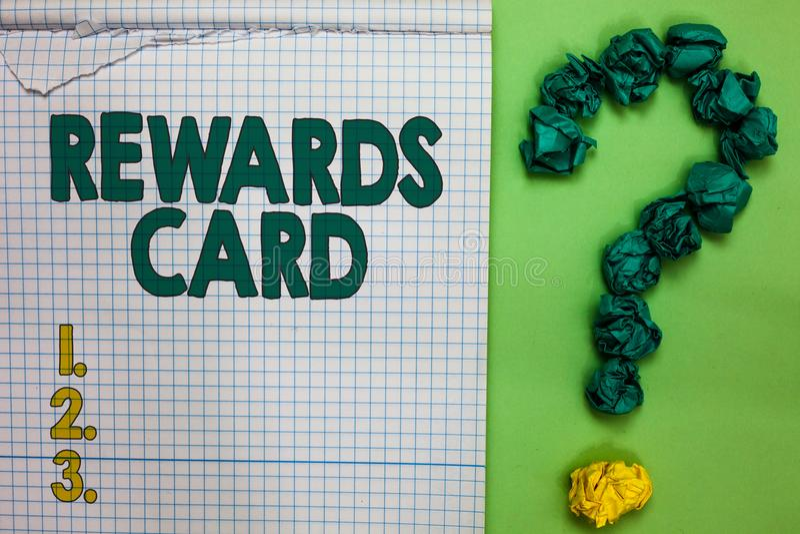 显示奖励卡片的文字笔记 企业照片陈列的帮助赢得现金从每天购买刺激正方形的点英里 免版税库存照片