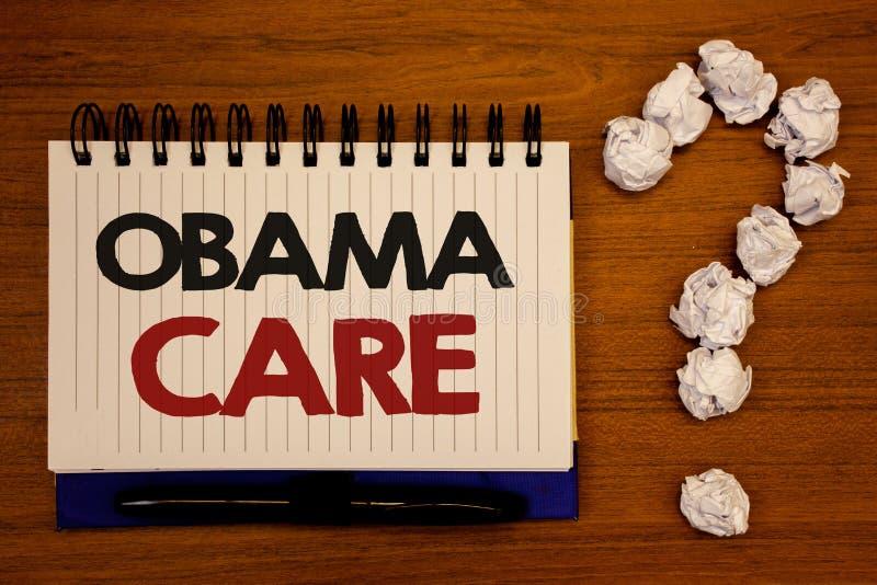 显示奥巴马关心的文本标志 保险木的笔记本的系统患者ProtectionIdeas概念性照片政府项目  免版税库存照片