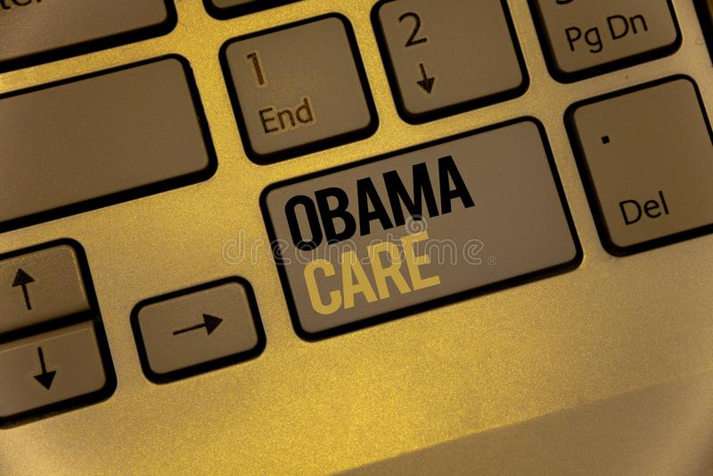 显示奥巴马关心的文本标志 保险系统患者ProtectionKeyboard褐色概念性照片政府项目锁上黑色 免版税库存照片