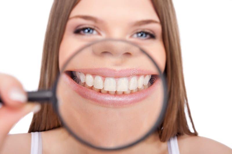 显示她健康牙的妇女 库存照片