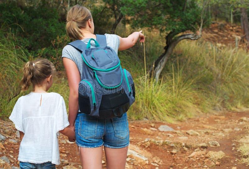 显示她女儿动物的妇女 图库摄影